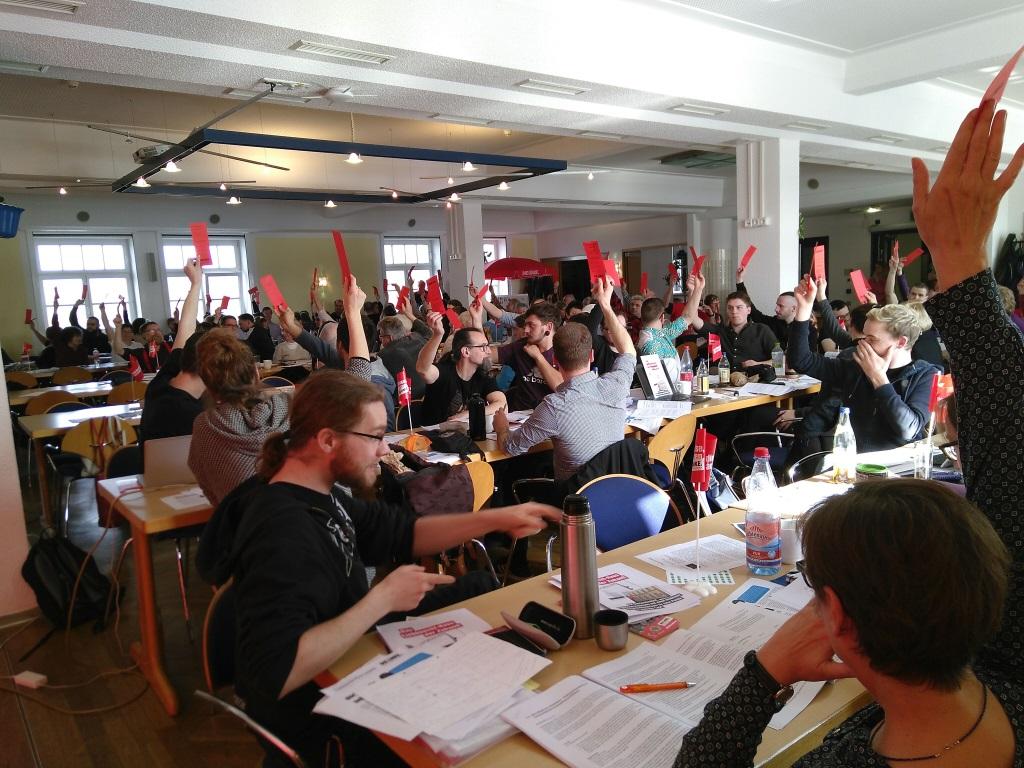 Stadtparteitag DIE LINKE. Leipzig. Delegierte stimmen ab.
